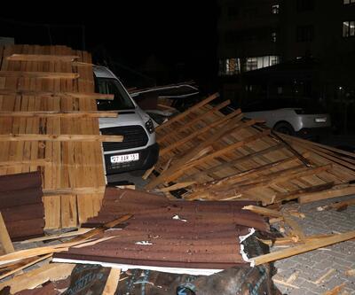 Fırtınada çatı uçtu, 10 araç zarar gördü