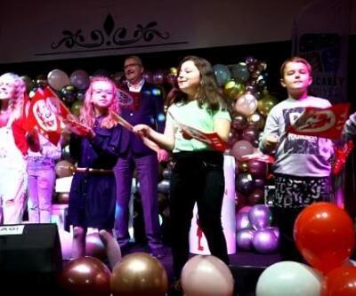Karacabey'de Başkan Özkan, çocuklarla birlikte sahnede