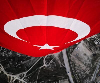 Kapadokya'da balonlar, Türk bayraklarıyla havalandı