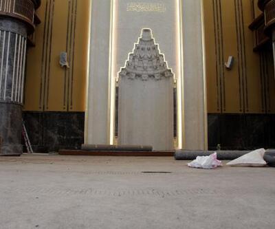 Taksim'de yapılan caminin halıları seriliyor