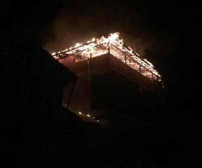 İnegöl'de 2 katlı binanın terasında yangın