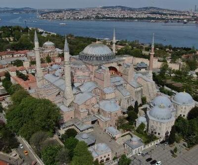 Ayasofya Camii'ne ilk mahya asıldı