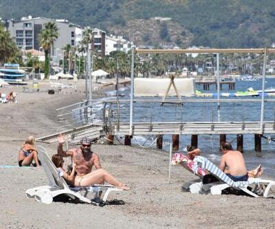 Turistler deniz ve güneşin keyfini çıkartıyor