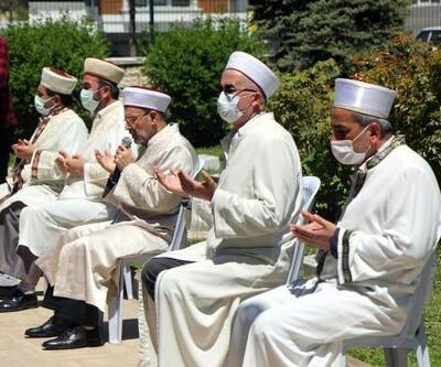 Bolu'da Ramazan Bayramı arifesinde şehitlikte dua edildi
