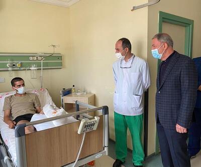 Bakan Akar'dan yaralı askerlere ziyaret