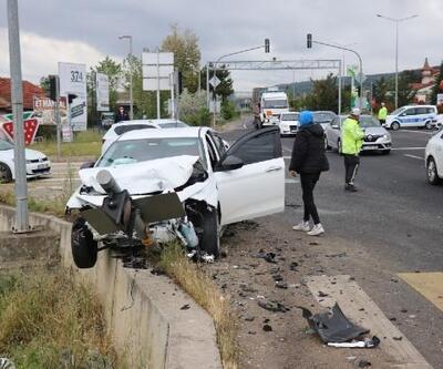 2 otomobil kavşakta çarpıştı: 4 yaralı