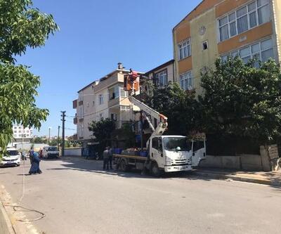 TIR dorsesi elektrik kablolarını kopardı, evlerde hasar oluştu