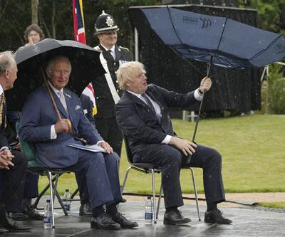 İngiltere'de Başbakan Boris Johnson'ın şemsiye ile mücadelesi