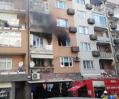 Evini ateşe verip, sokağa çıkarak yanışını izledi