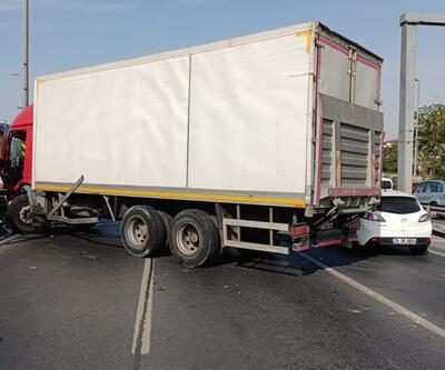 Bakırköy'de kamyon, metrobüs bariyerlerine çarptı