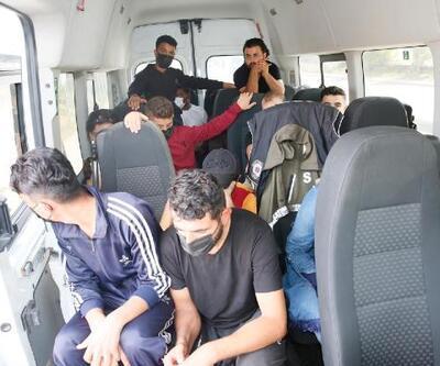 Sultangazi'de durdurulan minibüste 20 kaçak göçmen yakalandı