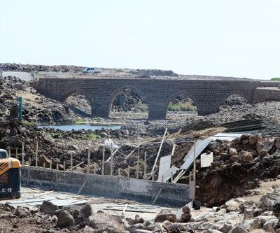 Tarihi köprü trafiğe kapatıldı, yeni köprünün temeli atıldı