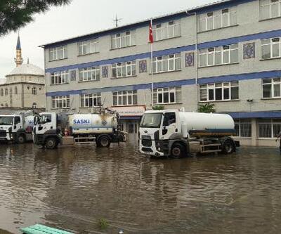 Bafra'da sağanak: Su basan okulda eğitime ara verildi