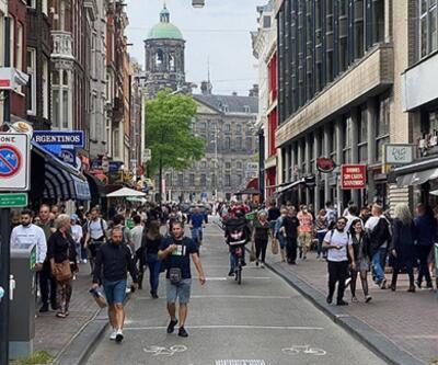 Hollanda'da sosyal mesafe kuralı kalktı!