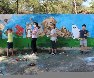 Marmaris'te minikler hayvan barınağını rengarenk yaptı