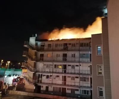 Yazlık sitedeki binanın çatısı alev alev yandı