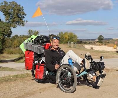 İşinden istifa etti, bisikletle dünya turuna çıktı