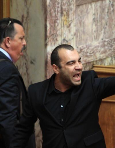 Yunanistan parlamentosunda Nazi selamı