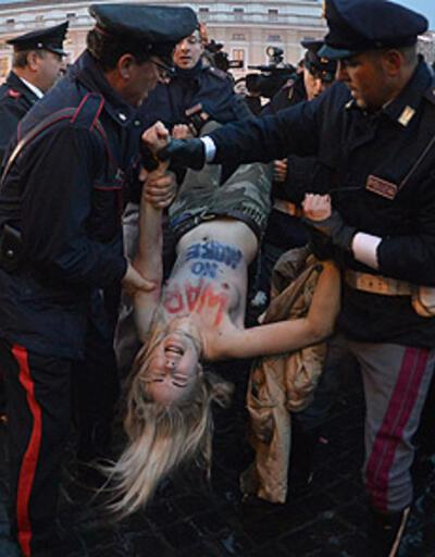 FEMEN Papa seçimlerine karşı!