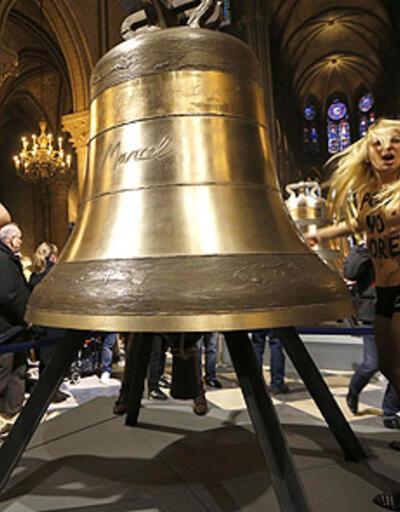 FEMEN Papa'yı uğurladı!