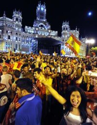 İspanyollar kupayı çılgınlar gibi kutladı