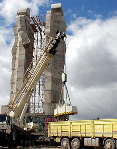 """""""İnsanlık Anıtı""""nı yıkacak vinç Kars'ta"""