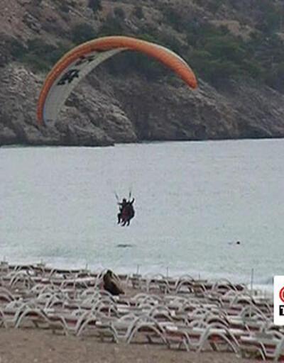 Yamaç paraşütçüsü denize indi