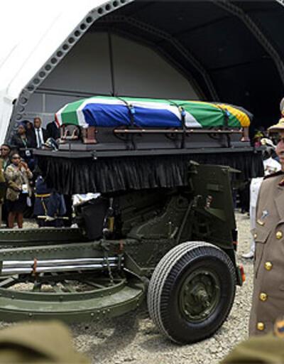 Mandela son yolculuğuna uğurlandı