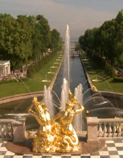 St.Petersburg'da bahçesiyle ünlü hangi yapı mutlaka görülmelidir?