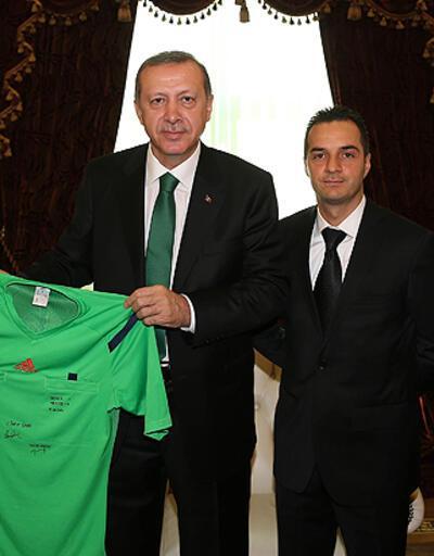 Cüneyt Çakır formasını Başbakan Erdoğan'a hediye etti
