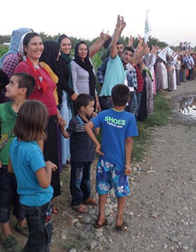 """Suriye sınırında """"barış zinciri"""" oluşturuldu"""