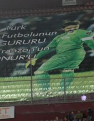 Trabzonspor kalecisi Onur'a pankartlı taraftar desteği
