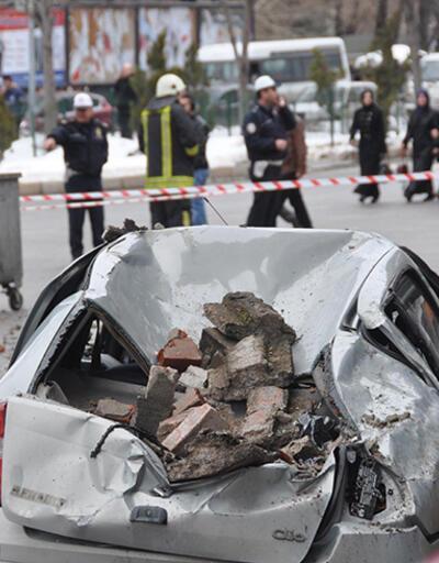 Kütahya'da otelin teras duvarı yıkıldı, 2 araç hurdaya döndü