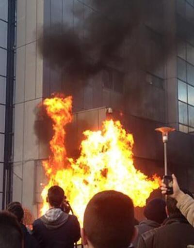 Kosova'da Başbakanlık binasını yaktılar