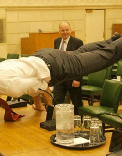 Kanada Başbakanı toplantı masasında yoga yaptı