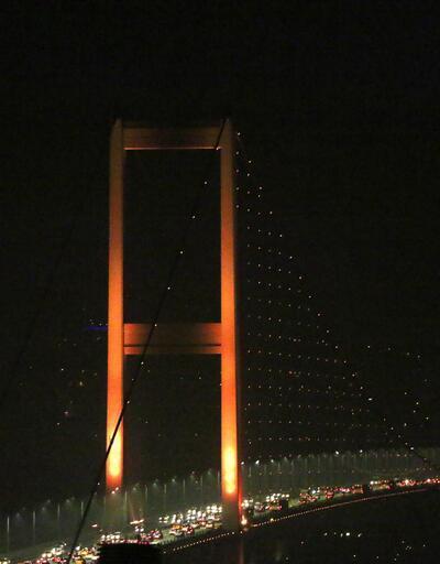İstanbul'un simgeleri turuncu renge büründü
