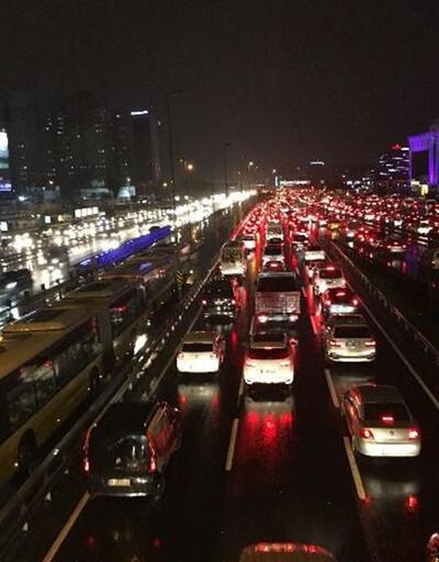 İstanbul'da kar yağışı trafiği felç etti