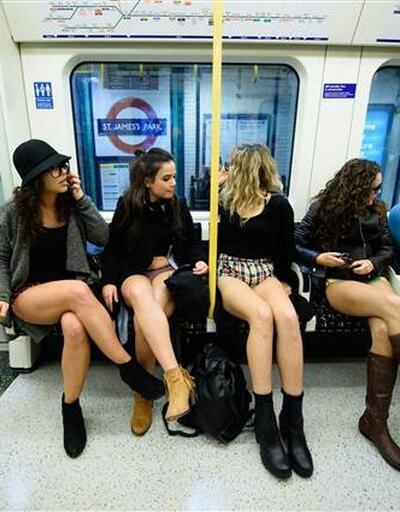 Londra'da 'pantolonsuz metro yolculuğu' çılgınlığı