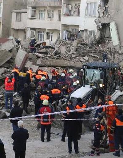 Zeytinburnu'nda enkaz kaldırma çalışmaları sürüyor