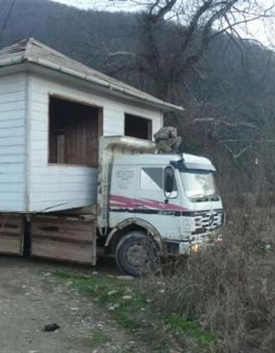 Sinop'ta şaşırtan görüntü: Evi kamyonla taşıdı