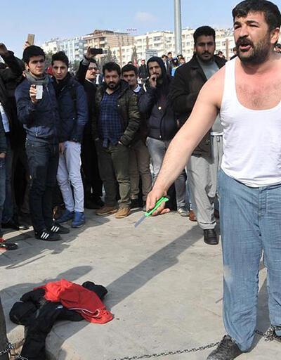 Eylem yapan seyyar satıcıyı müzakereci polis ikna etti