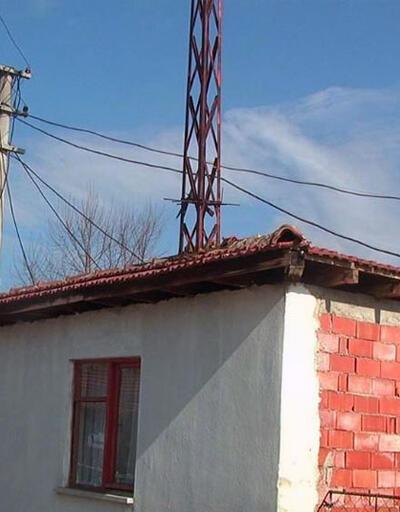 Evlerinin salonunun ortasından elektrik direği geçiyor