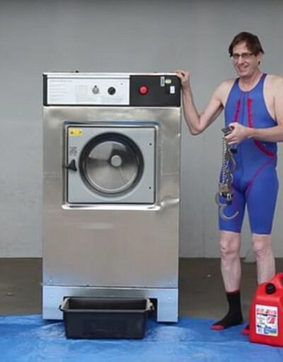 Elleri ve ayakları kelepçeli çamaşır makinesine girdi!