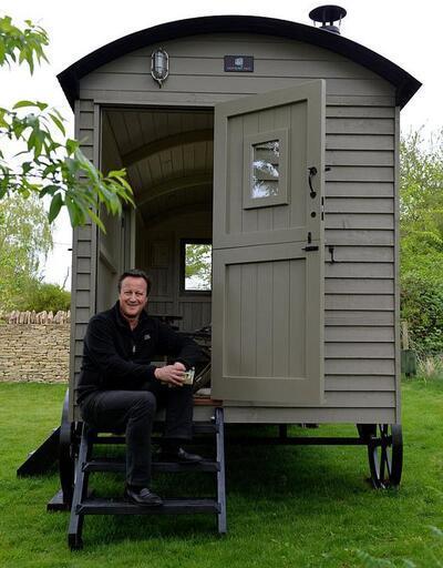 Eski Başbakan kulübede yaşayacak