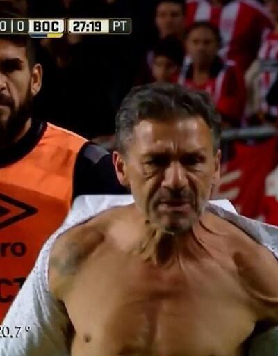 Estudiantes Teknik Direktörü gömleğini parçalayıp fırlattı
