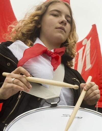 Moskova'da gençler törenle kırmızı komünist atkısı taktılar