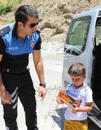 Hakkari polisinden Türkçe ve Kürtçe bayram kutlaması