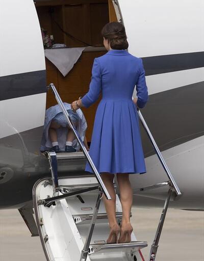 Prenses Charlotte, uçağa emekleyerek bindi
