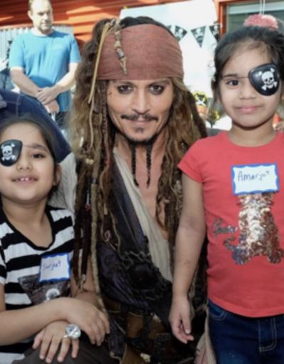 Johnny Depp'ten hastaneye korsan kostümlü ziyaret