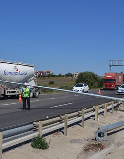 Silivri'de yola devrilen direk trafiği tıkadı
